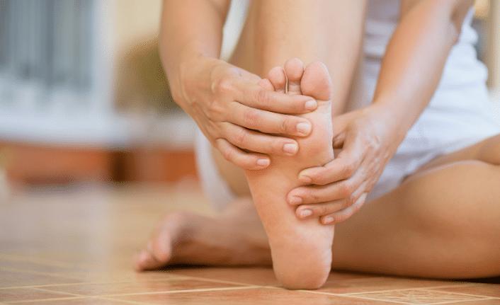 sol ve sag ayak bas parmagi agrisi neden olur